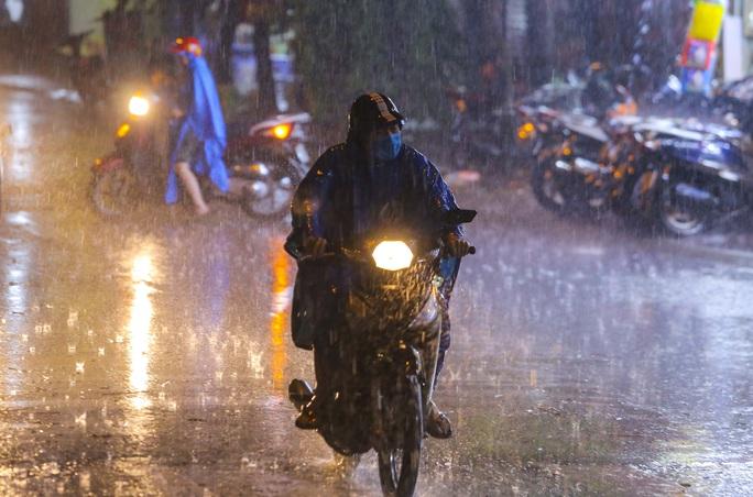 Người Hà Nội bì bõm trong cơn mưa vàng giải nhiệt - Ảnh 11.