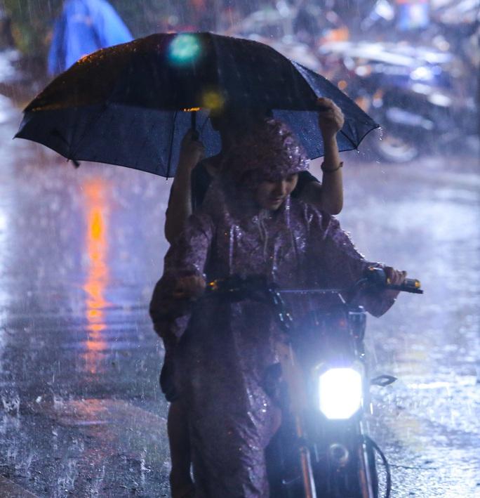 Người Hà Nội bì bõm trong cơn mưa vàng giải nhiệt - Ảnh 12.