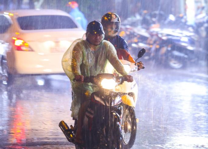 Người Hà Nội bì bõm trong cơn mưa vàng giải nhiệt - Ảnh 13.