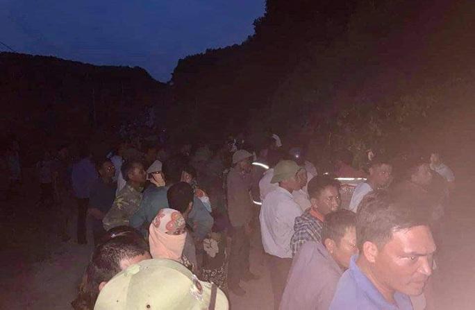 Rất đông người dân có mặt tại khu vực phát hiện thi thể cháu Đ.