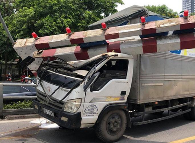 Xe tải tông gãy cột giới hạn chiều cao cầu vượt Tây Sơn - Ảnh 1.