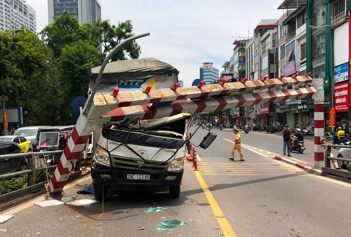 Xe tải tông gãy cột giới hạn chiều cao cầu vượt Tây Sơn - Ảnh 2.
