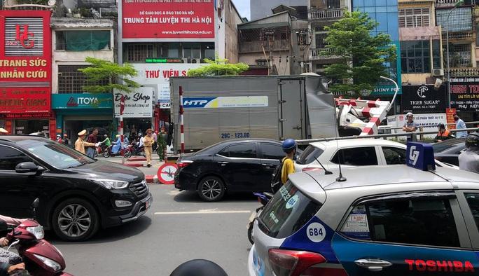 Xe tải tông gãy cột giới hạn chiều cao cầu vượt Tây Sơn - Ảnh 3.