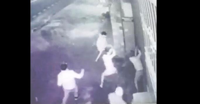 Kinh hoàng video clip nhóm côn đồ đánh một người bất tỉnh tại chỗ - Ảnh 3.