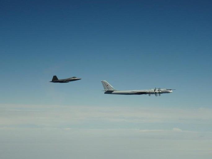 """Mỹ điều động tiêm kích F-22 chặn """"quái vật ném bom"""" của Nga gần Alaska  - Ảnh 1."""