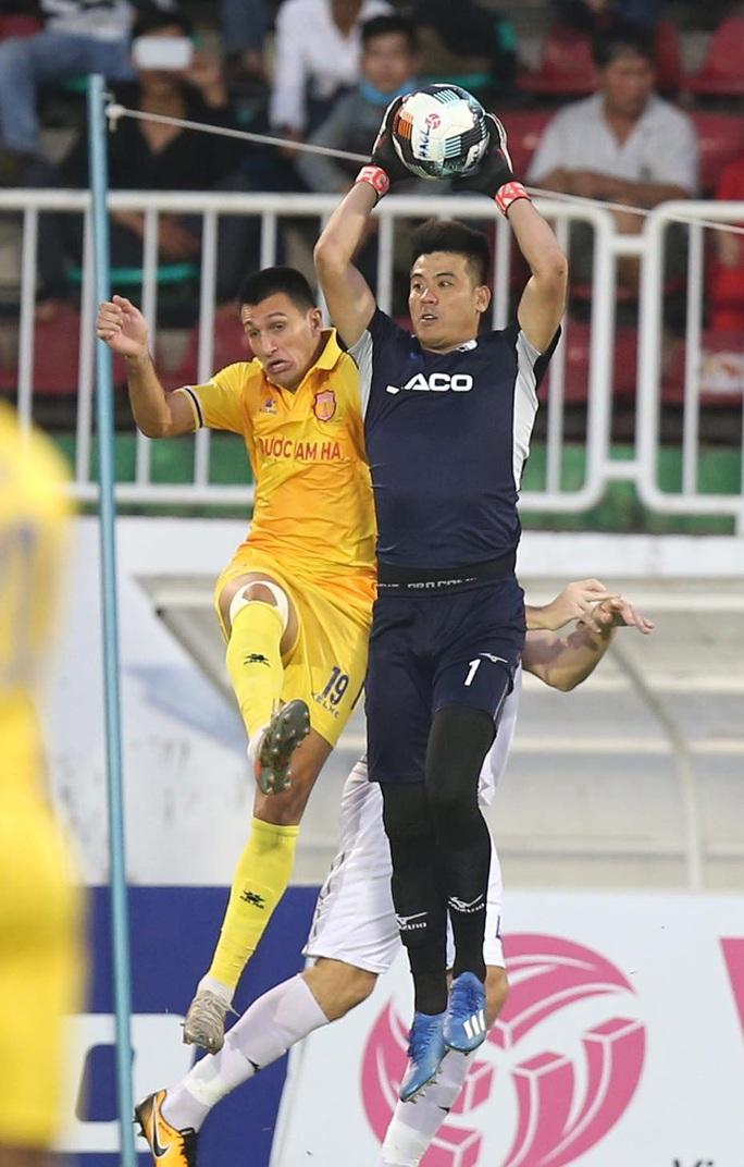 Hoàng Anh Gia Lai thoát hiểm bằng chiến thắng sít sao trước Nam Định - Ảnh 5.