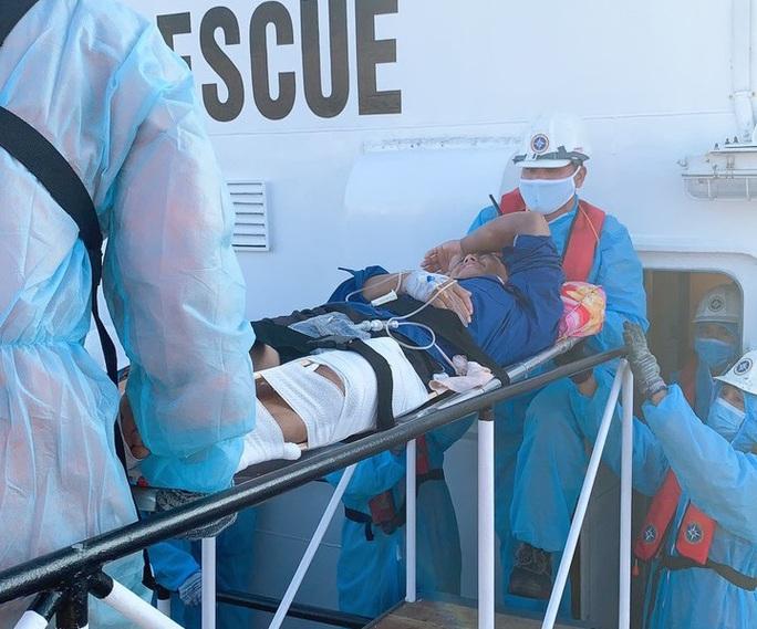 Cứu 1 ngư dân Quảng Ngãi nguy kịch ở ngư trường Trường Sa - Ảnh 2.