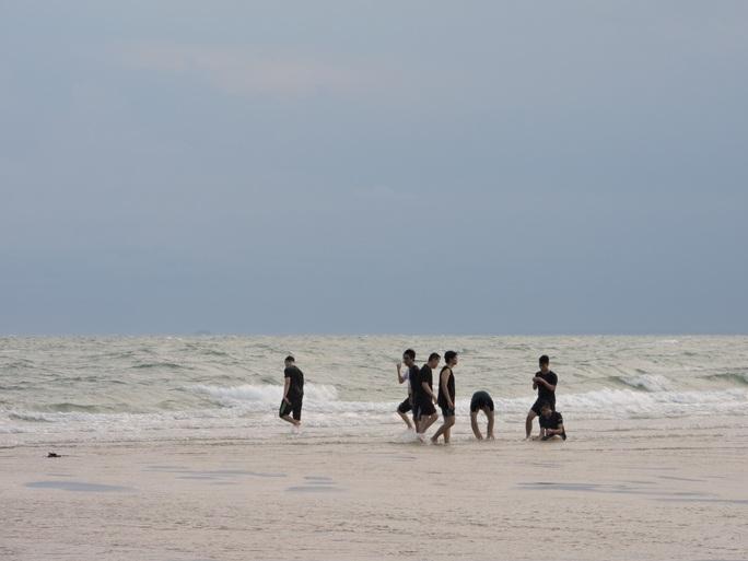 Lội biển qua hải đăng Kê Gà - Ảnh 7.