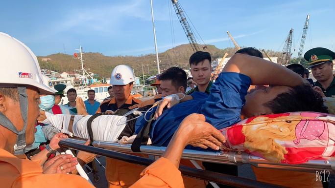 Cứu 1 ngư dân Quảng Ngãi nguy kịch ở ngư trường Trường Sa - Ảnh 3.