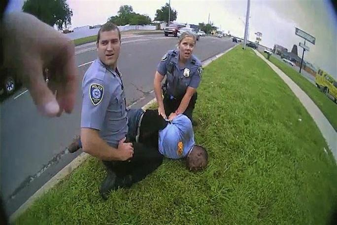 Lộ video cảnh sát trả lời sốc trước lời van xin tha mạng - Ảnh 1.