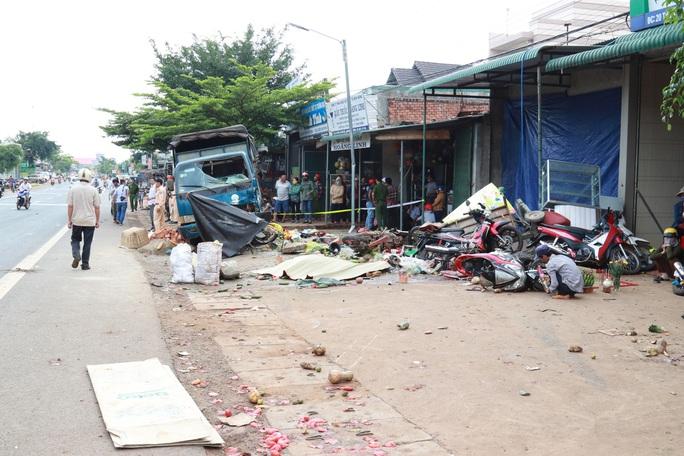 Họp chợ ven đường và tai nạn thảm khốc - Ảnh 1.