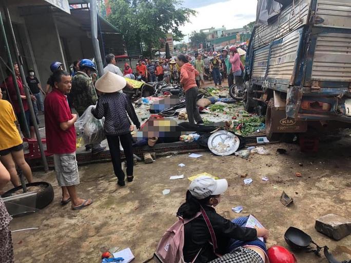 Tai nạn thảm khốc: Xe tải lao vào chợ, người chết và bị thương nằm la liệt - Ảnh 1.