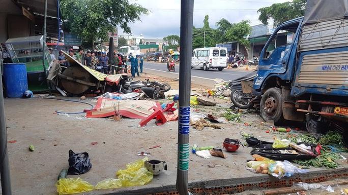 CLIP: Khoảnh khắc kinh hoàng xe tải lao vào chợ làm 5 người chết, 5 bị thương - Ảnh 4.