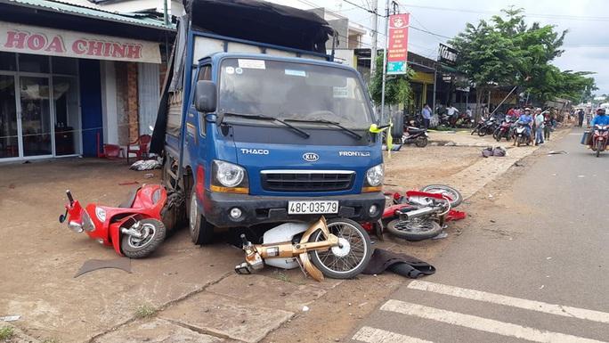 CLIP: Khoảnh khắc kinh hoàng xe tải lao vào chợ làm 5 người chết, 5 bị thương - Ảnh 10.