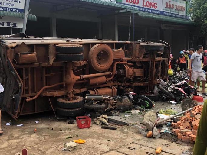 Tai nạn thảm khốc: Xe tải lao vào chợ, người chết và bị thương nằm la liệt - Ảnh 3.