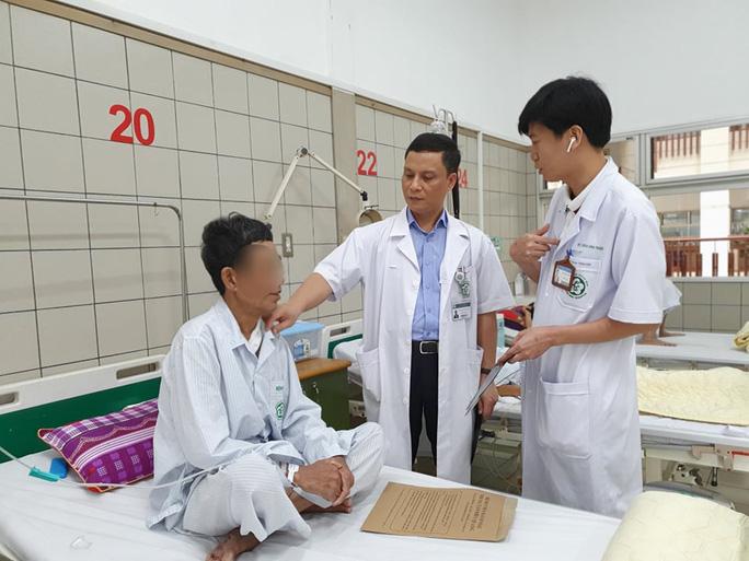 Chế thực quản bằng đại tràng cho bệnh nhân mắc 2 bệnh ung thư đường tiêu hoá - Ảnh 2.