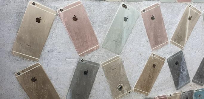 CLIP: Độc đáo ngôi nhà ốp hơn 2.000 vỏ điện thoại Iphone - Ảnh 5.