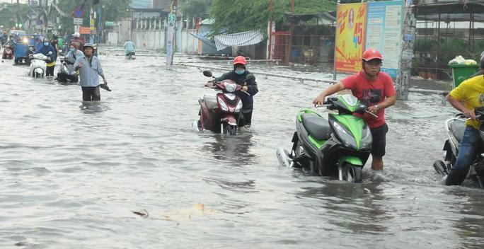 TP HCM mưa trên diện rộng, nhiều tuyến đường ngập sâu - Ảnh 1.