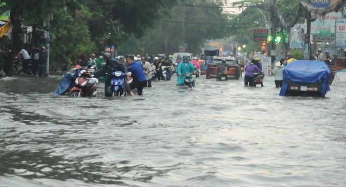 TP HCM mưa trên diện rộng, nhiều tuyến đường ngập sâu - Ảnh 4.