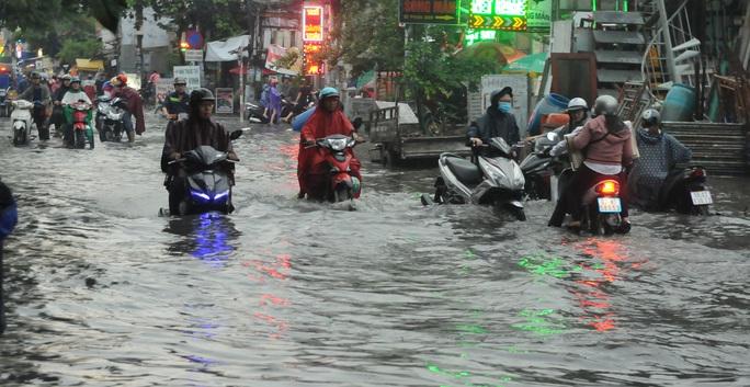 TP HCM mưa trên diện rộng, nhiều tuyến đường ngập sâu - Ảnh 9.