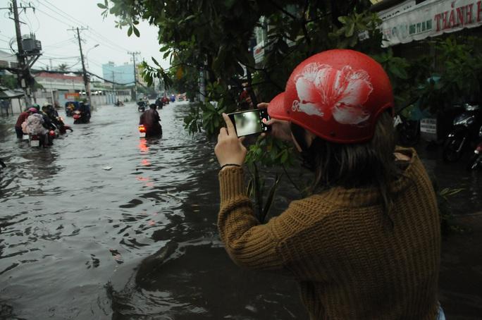 TP HCM mưa trên diện rộng, nhiều tuyến đường ngập sâu - Ảnh 7.