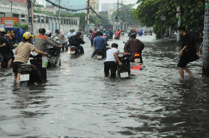 TP HCM mưa trên diện rộng, nhiều tuyến đường ngập sâu - Ảnh 3.