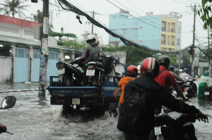 TP HCM mưa trên diện rộng, nhiều tuyến đường ngập sâu - Ảnh 8.