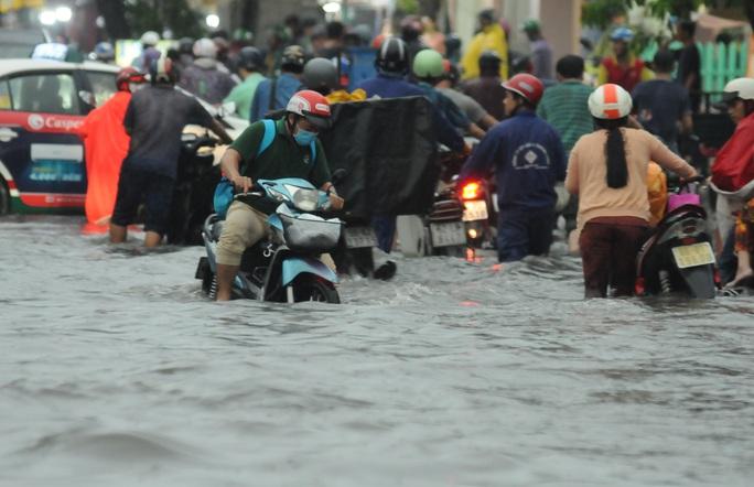 TP HCM mưa trên diện rộng, nhiều tuyến đường ngập sâu - Ảnh 2.