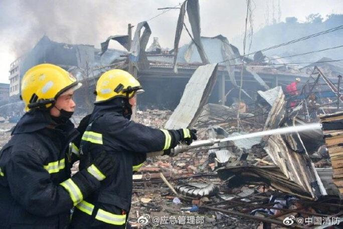 Trung Quốc: Xe bồn chở dầu nổ kinh hoàng, gần 140 người thương vong - Ảnh 2.