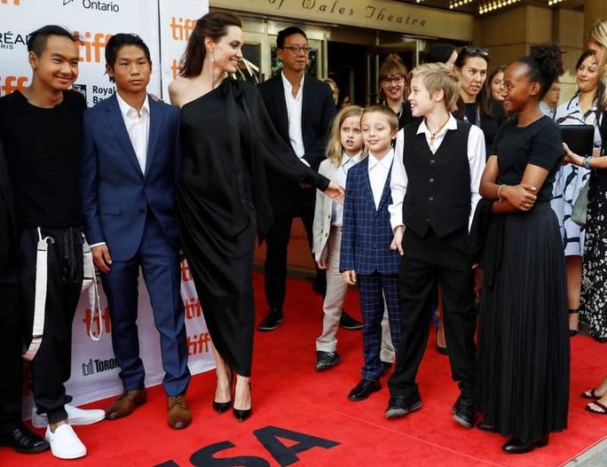 Angelina Jolie trải lòng việc chăm 6 con thời Covid-19 - Ảnh 2.