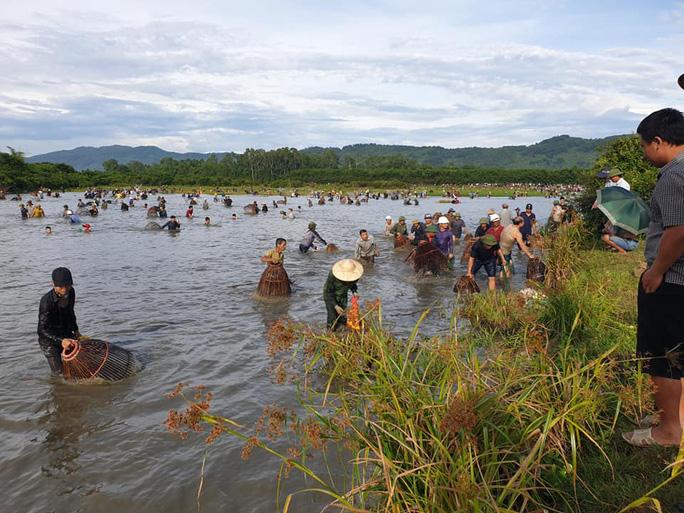 Người dân nô nức lao xuống nước đánh bắt cá trong lễ hội độc đáo có từ 300 năm - Ảnh 3.