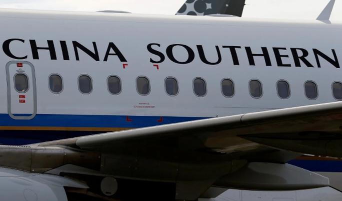 Trung Quốc: Cả chặng bay bị ngưng vì 17 hành khách mắc Covid-19 - Ảnh 1.