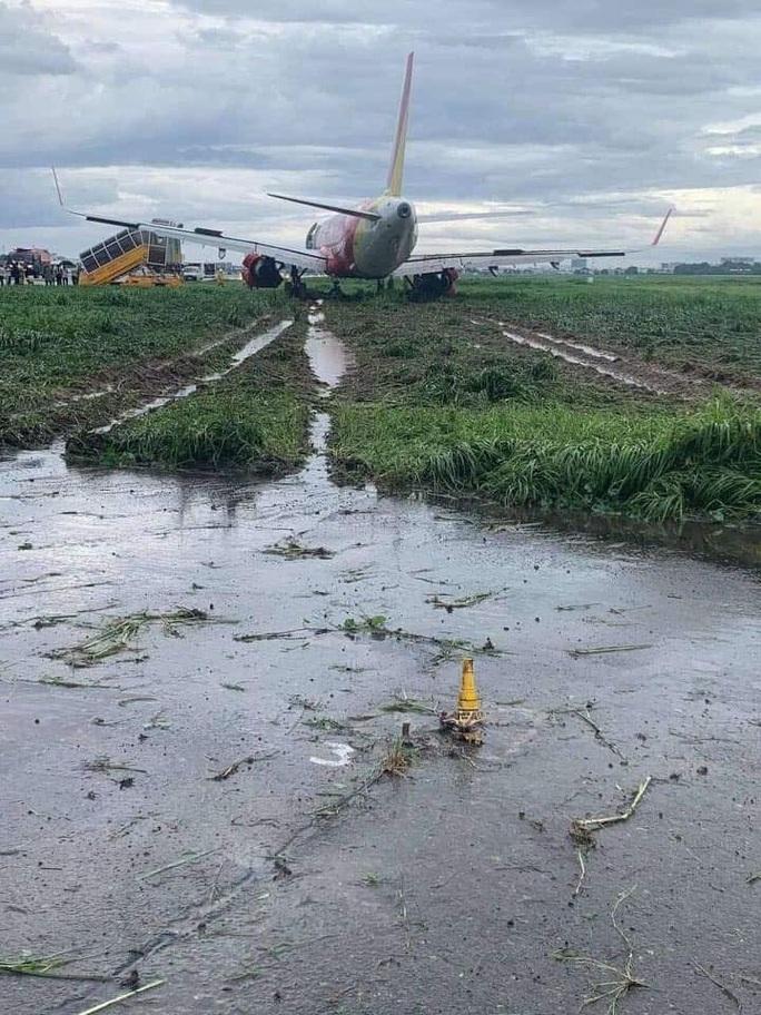 Máy bay trượt khỏi đường băng ở Tân Sơn Nhất khi hạ cánh do mưa gió lớn - Ảnh 1.