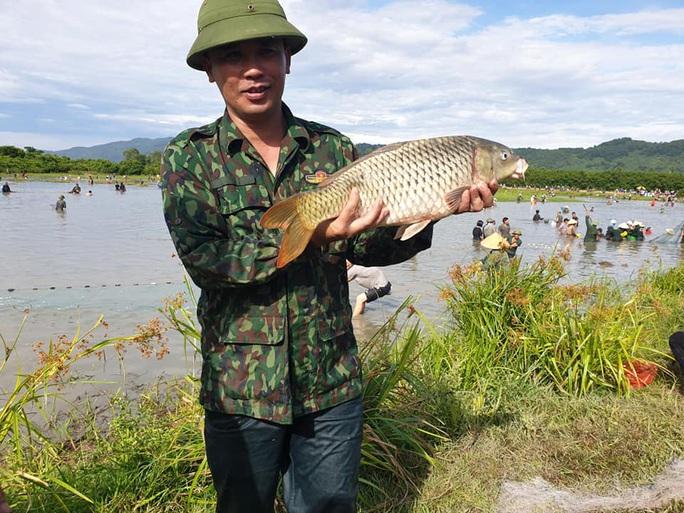 Người dân nô nức lao xuống nước đánh bắt cá trong lễ hội độc đáo có từ 300 năm - Ảnh 4.