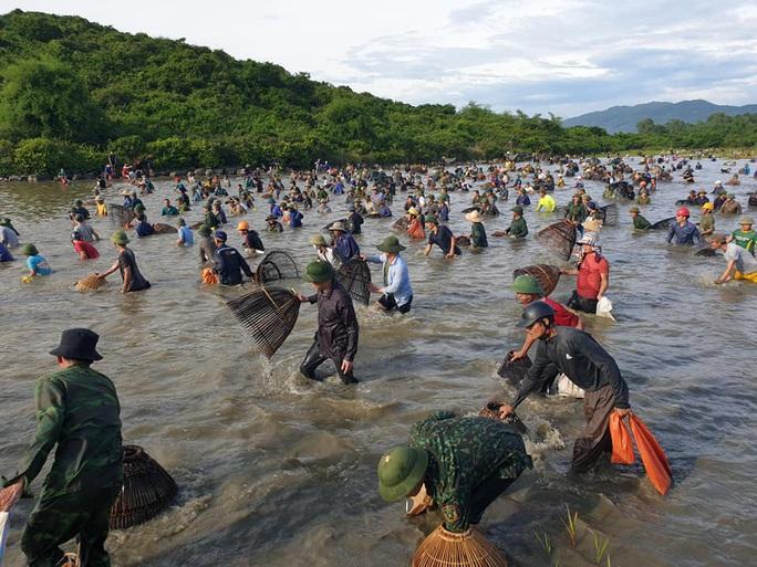 Người dân nô nức lao xuống nước đánh bắt cá trong lễ hội độc đáo có từ 300 năm - Ảnh 5.