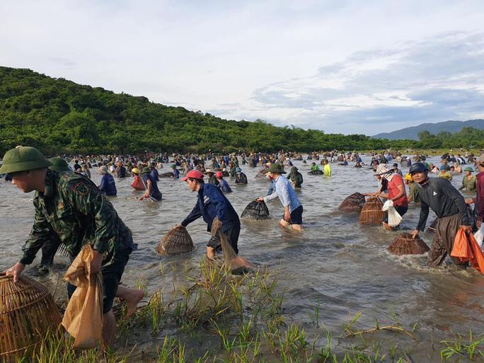 Người dân nô nức lao xuống nước đánh bắt cá trong lễ hội độc đáo có từ 300 năm - Ảnh 6.