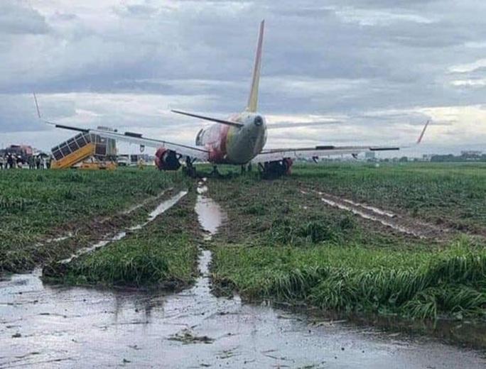 Máy bay trượt khỏi đường băng Tân Sơn Nhất: Tạm thu bằng lái 2 phi công - Ảnh 1.