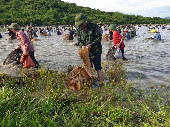 Người dân nô nức lao xuống nước đánh bắt cá trong lễ hội độc đáo có từ 300 năm - Ảnh 7.