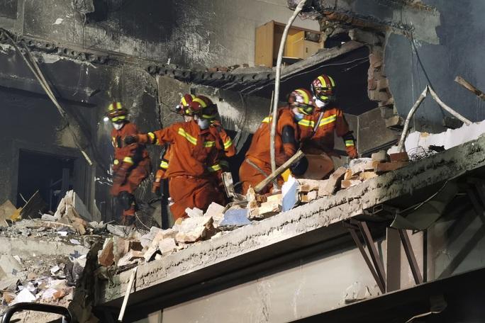 Thêm 8 người chết, gần 70 người bị thương trong vụ nổ xe bồn tại Trung Quốc - Ảnh 2.