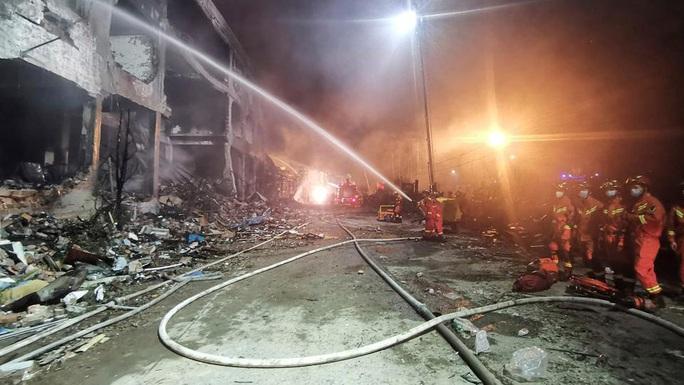 Thêm 8 người chết, gần 70 người bị thương trong vụ nổ xe bồn tại Trung Quốc - Ảnh 6.