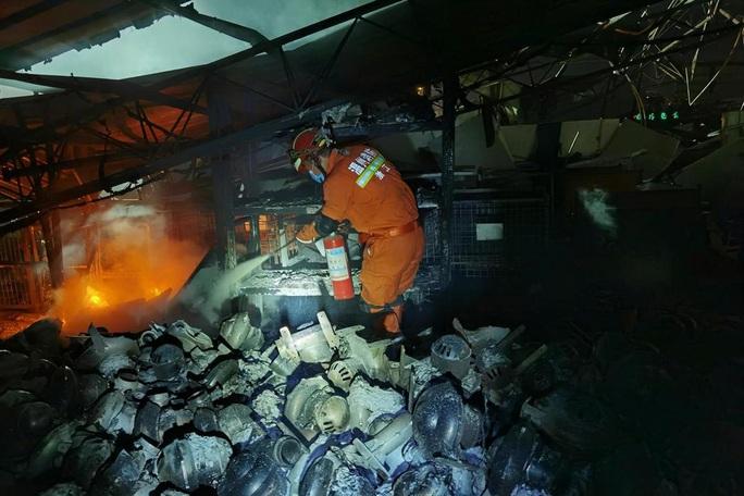 Thêm 8 người chết, gần 70 người bị thương trong vụ nổ xe bồn tại Trung Quốc - Ảnh 5.