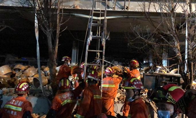 Thêm 8 người chết, gần 70 người bị thương trong vụ nổ xe bồn tại Trung Quốc - Ảnh 3.
