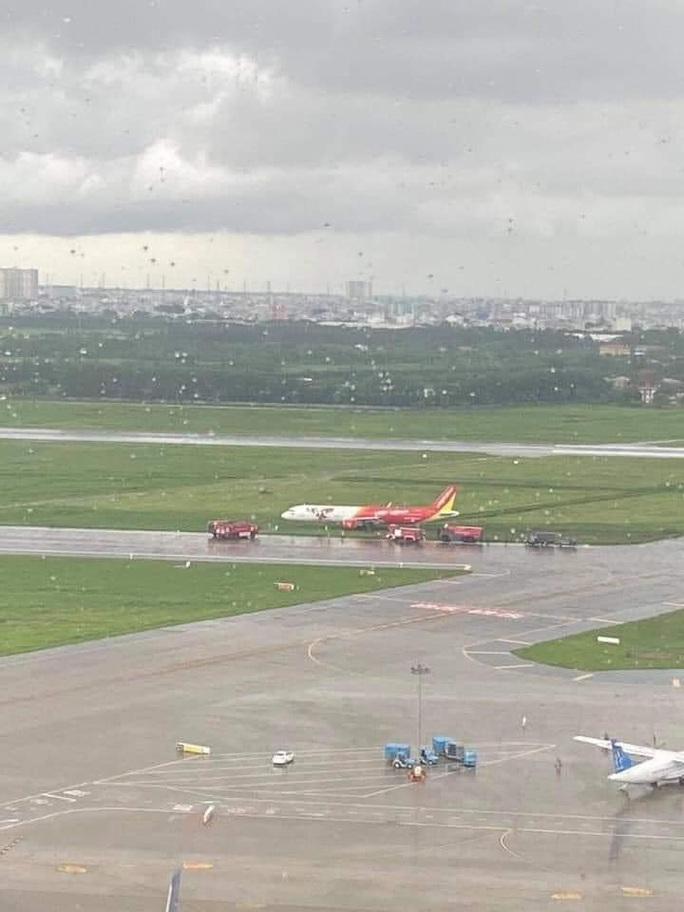 Máy bay trượt khỏi đường băng ở Tân Sơn Nhất khi hạ cánh do mưa gió lớn - Ảnh 2.