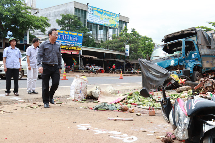 Sau tai nạn thảm khốc làm 5 người chết, dân vẫn vô tư chiếm quốc lộ để buôn bán - Ảnh 1.