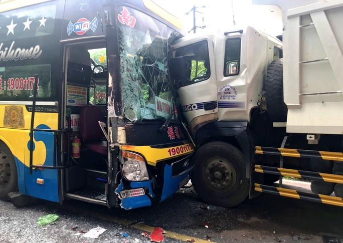 Vượt ẩu gây tai nạn liên hoàn trên đèo Bảo Lộc - Ảnh 2.