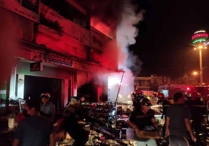 Hỏa hoạn thiêu rụi 2 cửa hàng gần chợ lúc nửa đêm - Ảnh 3.