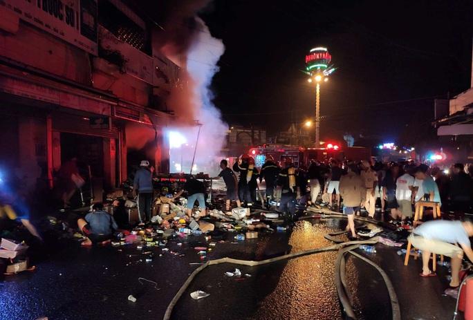Hỏa hoạn thiêu rụi 2 cửa hàng gần chợ lúc nửa đêm - Ảnh 4.