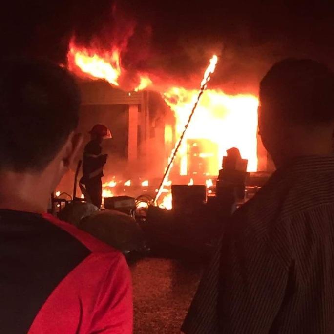 Hỏa hoạn thiêu rụi 2 cửa hàng gần chợ lúc nửa đêm - Ảnh 1.