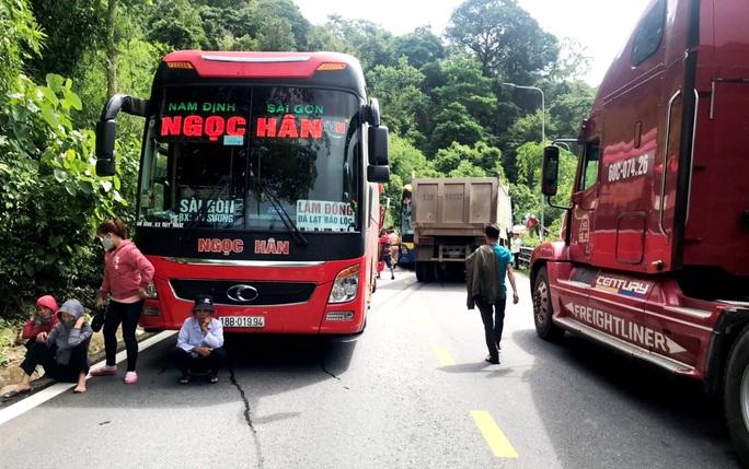 Vượt ẩu gây tai nạn liên hoàn trên đèo Bảo Lộc - Ảnh 7.