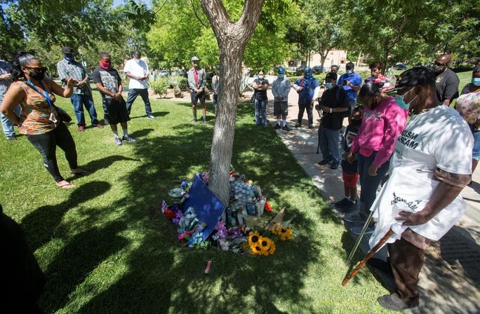 Mỹ: Biểu tình ở bang California sau vụ phát hiện người da màu treo cổ trên cây - Ảnh 2.